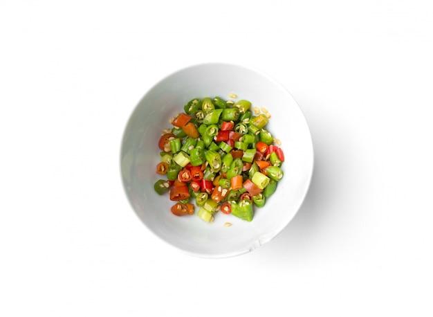 Chili aux oiseaux ou piment thaï tranché isolé sur blanc