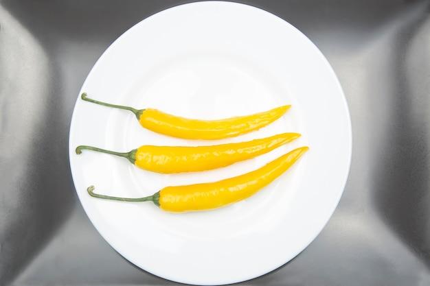 Chili chaud jaune sur une assiette. poivre. nourriture vitaminée végétale.