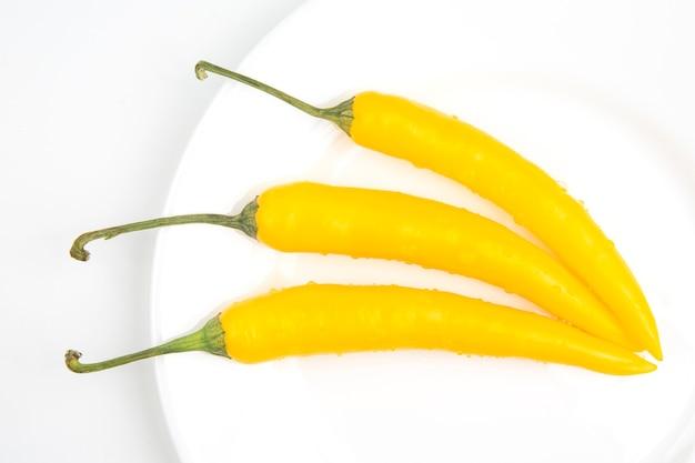 Chili chaud jaune sur une assiette. poivre.