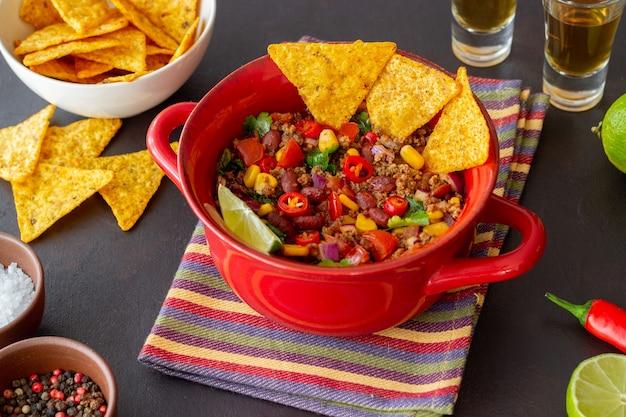 Chili con carne avec chips de nachos. nourriture mexicaine. cuisine nationale.