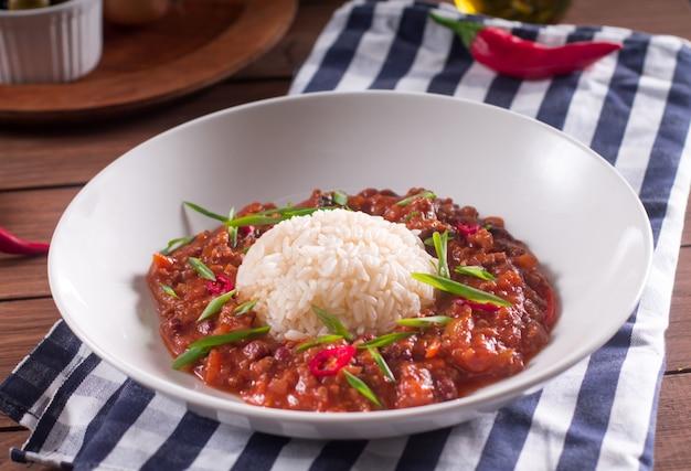 Chili con carne dans une assiette blanche.