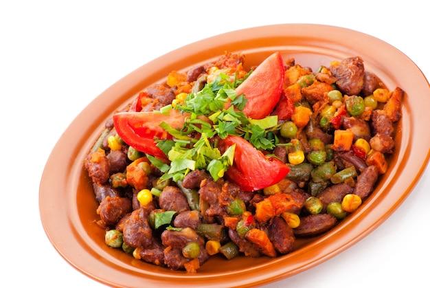Chili mexicain traditionnel avec haricots rouges et tomate sur fond blanc