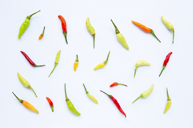 Chili peppers sur blanc.