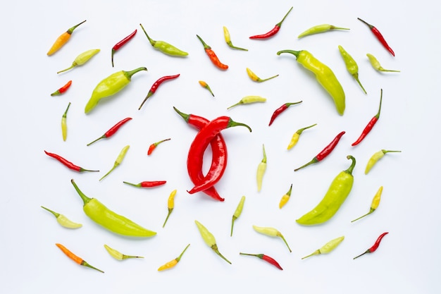 Chili peppers sur fond blanc.