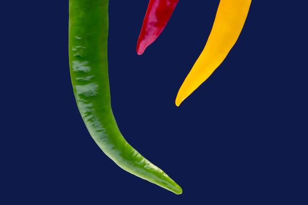 Chili piquant jaune, rouge et vert. poivre. nourriture vitaminée végétale.
