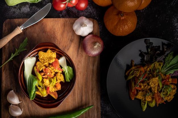 Chili de poulet sauté avec poivrons, tomates et carottes