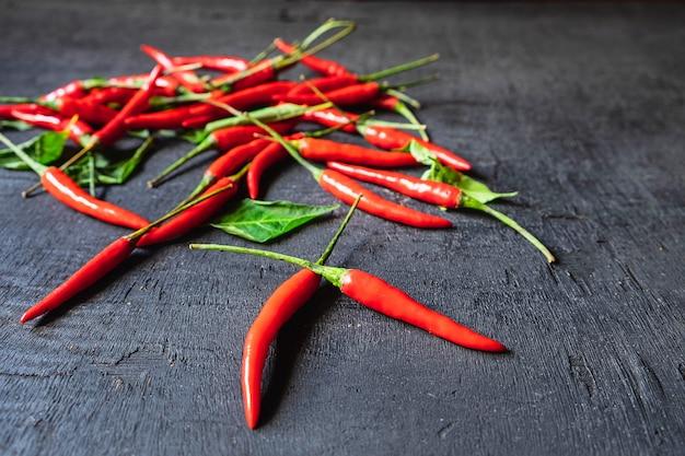 Chili rouge sur fond noir