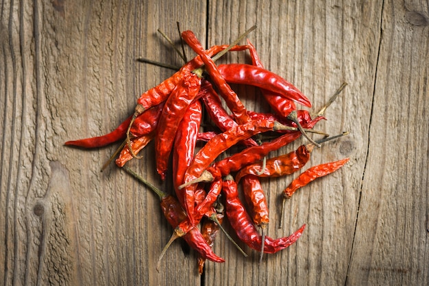 Chili séché sur table en bois / piment de cayenne séché rouge ennemi cuit asiatique picy food