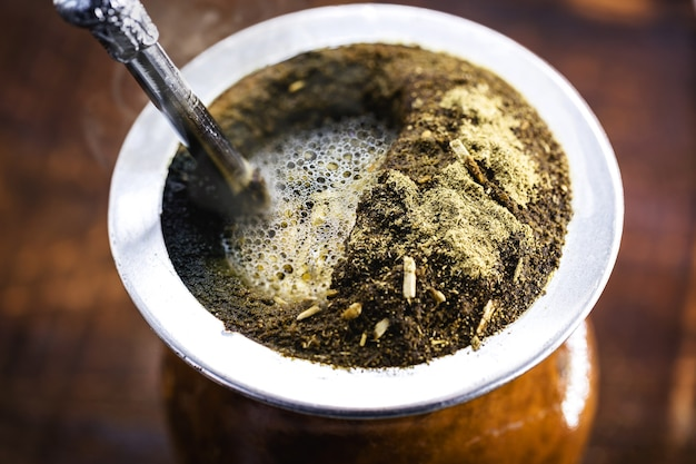 Chimarrã £ o, boisson chaude d'hiver typique de l'amérique du sud, à base d'herbes