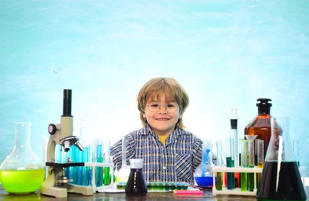 Chimie la classe de sciences. chimie de première année. expérience. enfant de l'école primaire. premier jour d'école. science de la chimie.