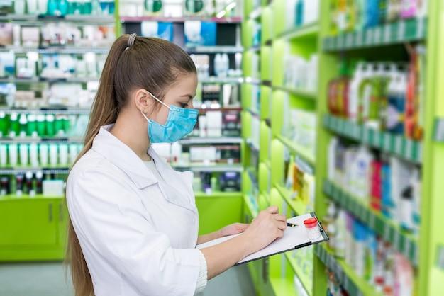 Chimiste de femme vérifiant la liste des médicaments en pharmacie