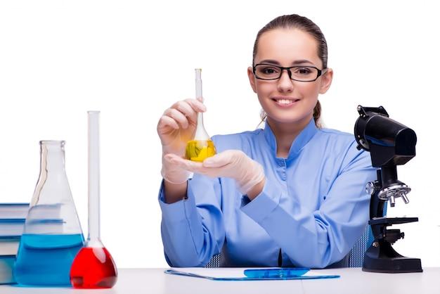 Chimiste de laboratoire travaillant avec un microscope et des tubes