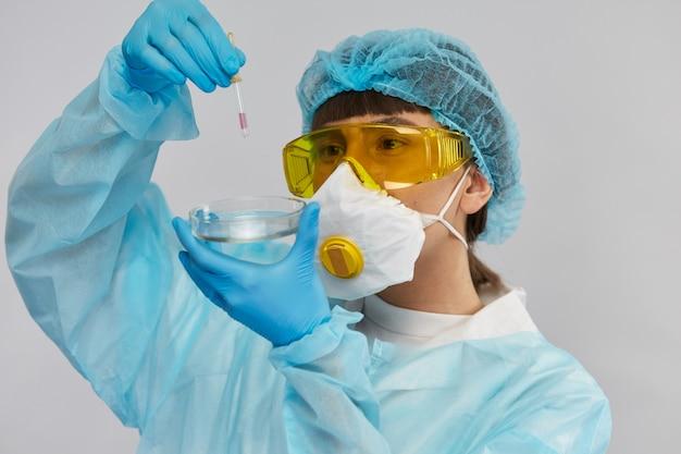 Chimiste, tenue, pipette, et, contrôle liquide, dans, complet, équipement, costume