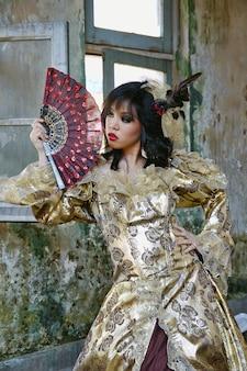 Chinois, femme, porter, déguisement victorien, tenue, ventilateur, tirer, bâtiment grunge