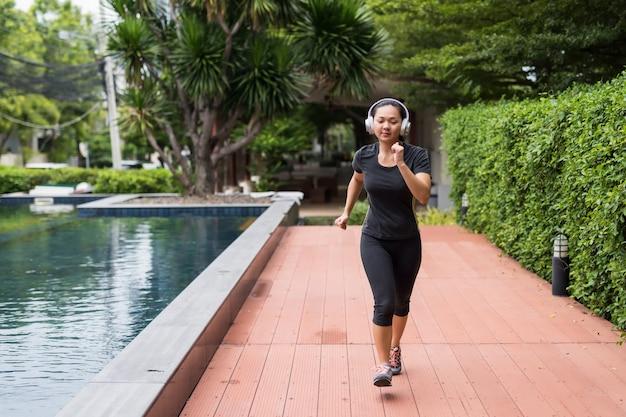 Chinois jeune femme courir dans parc