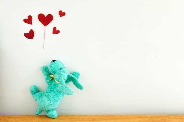 Chiot mignon avec des ballons coeur rouge,