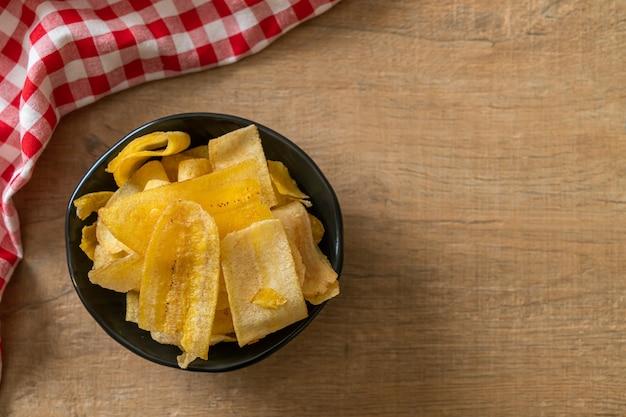 Chips de banane croustillantes. banane en tranches frites ou cuites au four
