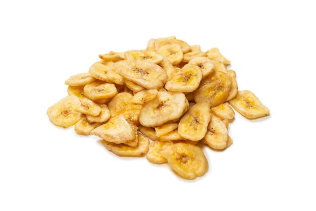 Chips de banane isolés sur fond blanc. tranches de bananes déshydratées.