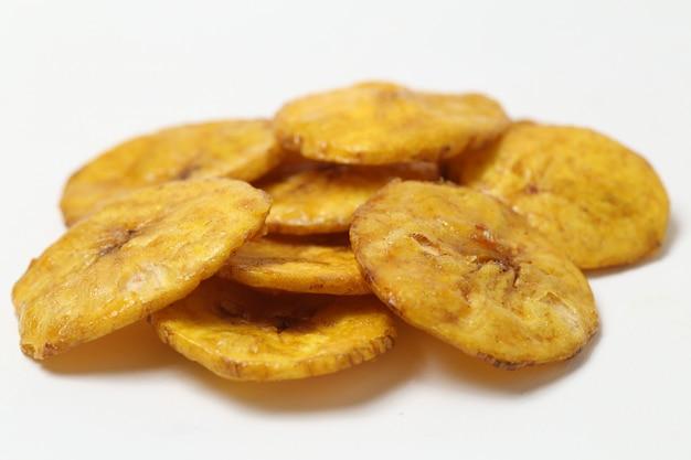 Chips de banane sucré isolé sur espace blanc