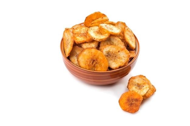 Chips de banane sur une surface blanche