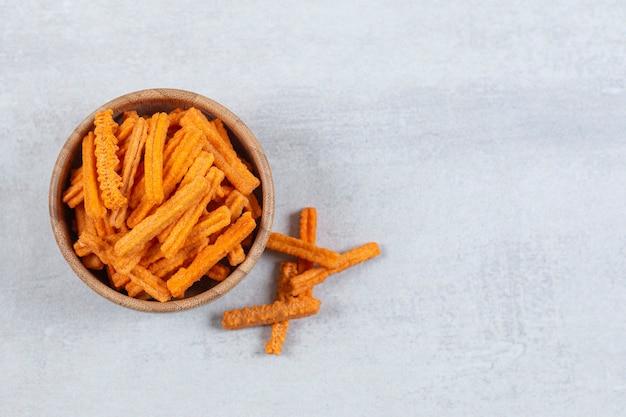 Chips De Bâton épicées Dans Un Bol En Bois. Photo gratuit