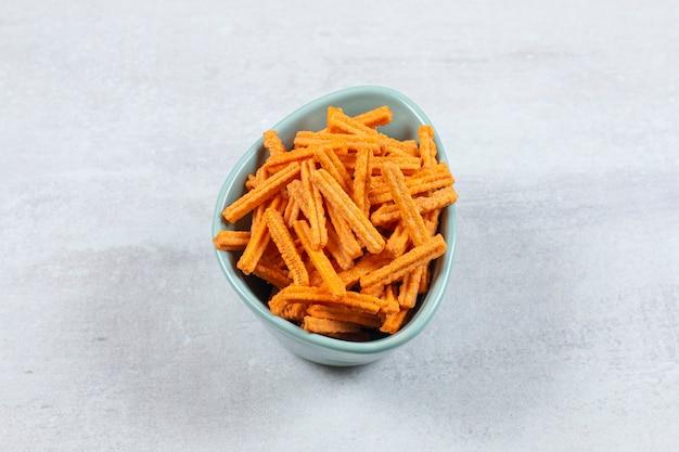 Chips de bâton savoureux dans un bol bleu.