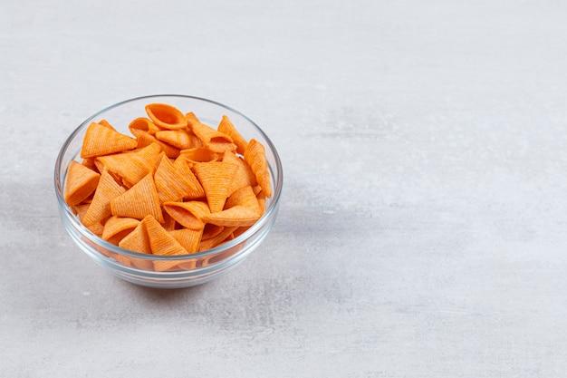 Chips croustillantes savoureuses dans un bol en verre.