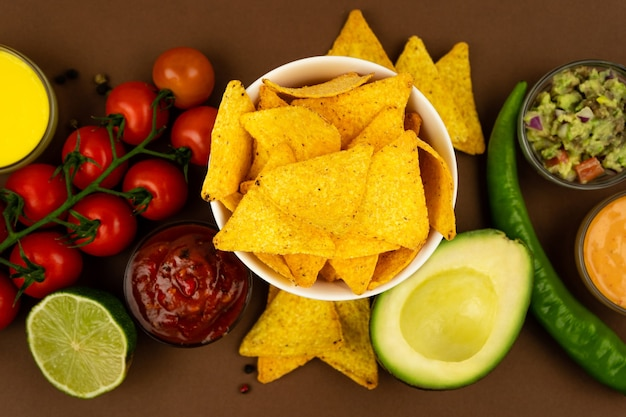 Chips croustillants de tortilla nachos dans un étui tareoque avec sauces et ingrédients.