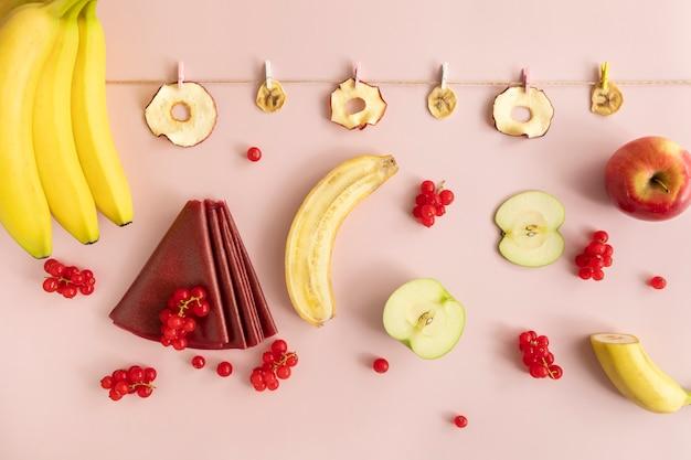 Chips de fruits secs. pastilles, petits pains aux fruits. nutrition diététique.