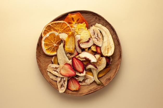 Chips de fruits secs sur une plaque en bois