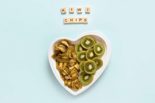 Chips de kiwi séchées et fraîches sur bleu