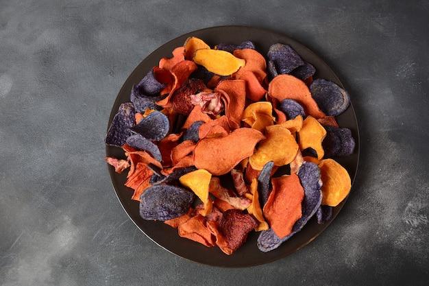 Chips de légumes cuits au four - patate douce grenat pourpre, carotte et betterave.