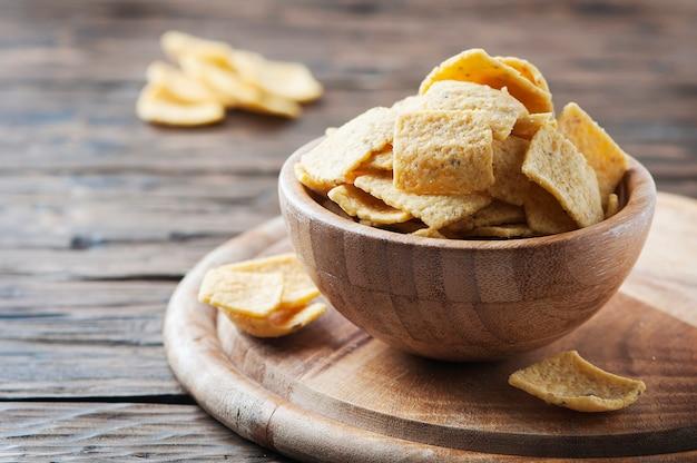 Chips mexicains traditionnels sur la table en bois