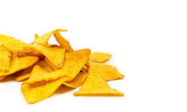 Les chips de nachos sur fond blanc. fast food.