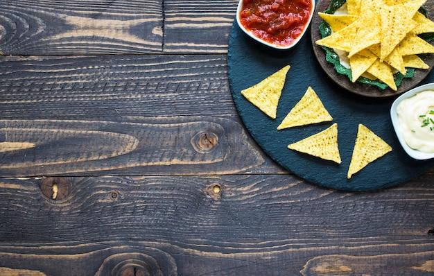 Chips de nachos mexicains sur fond en bois