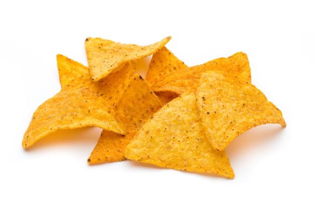Chips de nachos mexicains, isolés sur une surface blanche.
