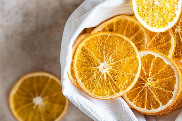 Chips d'orange séchées biologiques dans un sac en toile écologique