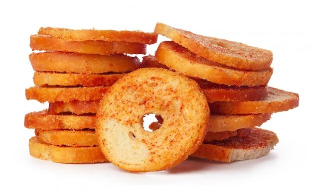 Chips de pain séché isolés sur fond blanc