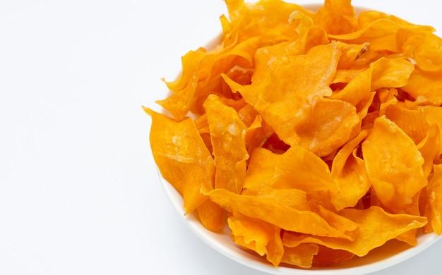 Chips de patate douce avec du sucre sur fond blanc.