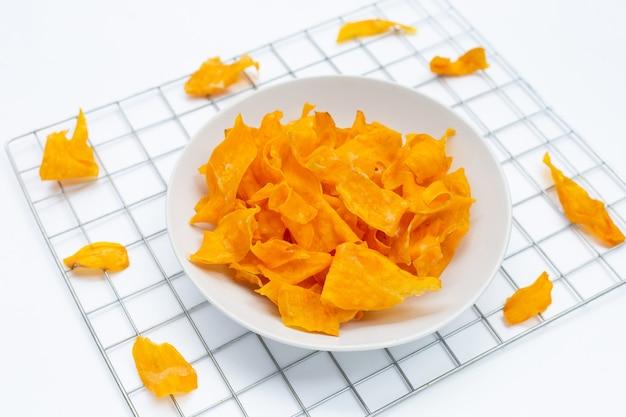 Chips de patate douce sur fond blanc.