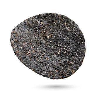 Une chips de pomme de terre noire isolée