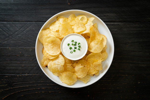 Chips de pomme de terre avec trempette à la crème sure