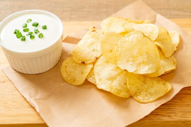 Chips De Pomme De Terre Avec Trempette à La Crème Sure Photo Premium