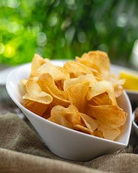 Chips de pommes de terre dans une assiette blanche