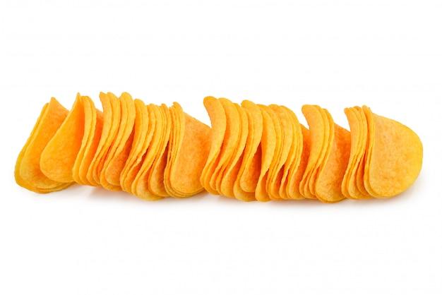 Chips de pommes de terre isolés sur fond blanc.