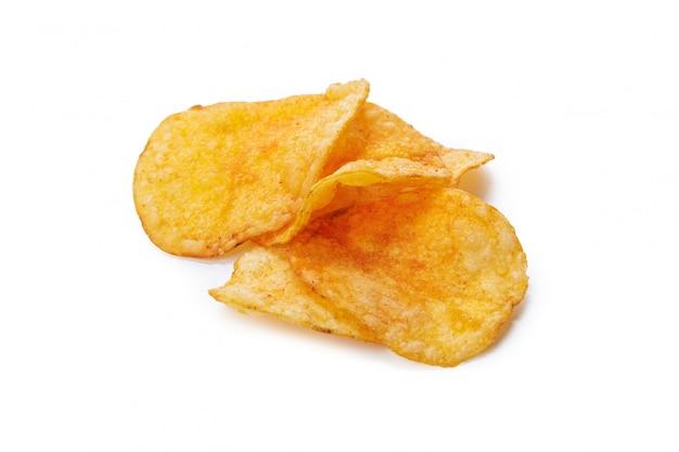 Chips de pommes de terre isolés sur fond blanc