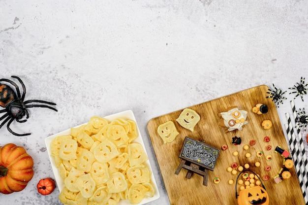 Chips de pommes de terre pour la fête d'halloween à la maison. snack en automne et en automne.