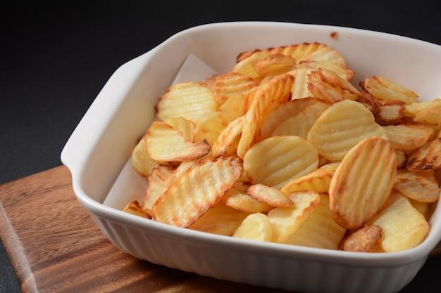 Chips de pommes de terre ridée maison et sauce, ketchup