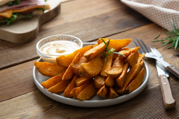 Chips de pommes de terre rôties avec sauce et fines herbes.
