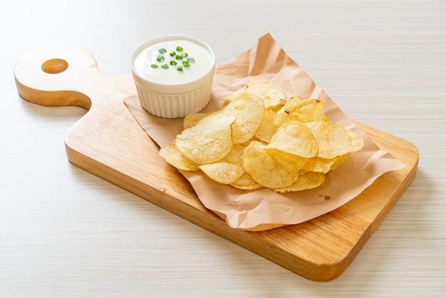 Chips de pommes de terre avec sauce à la crème sure
